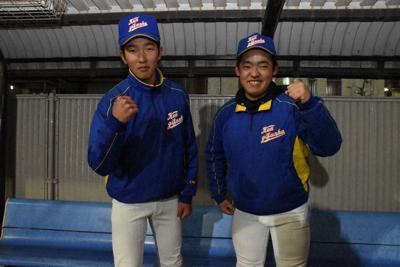 松村海星(左)、長屋柊汰の両マネジャー=岐阜市則武新屋敷の県岐阜商で