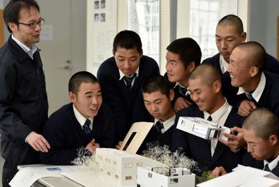 上級生が作製した住宅模型について説明を受ける近大高専野球部の選手たち=三重県名張市で2020年2月12日、平川義之撮影