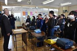 休校を前に、最後のホームルームであいさつを交わす教諭(左)と小学校6年生の児童ら=甲府市で2020年3月3日午後2時、高田奈実撮影