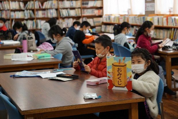 臨時休校となり、図書室で自習する児童たち=神戸市兵庫区で2020年3月3日、反橋希美撮影