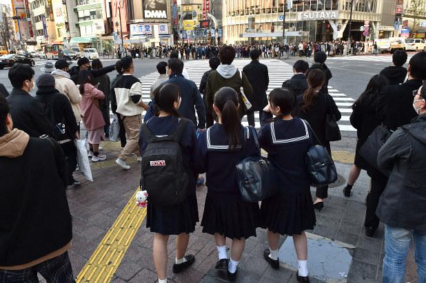 平日だが混雑する東京・渋谷のスクランブル交差点。高校2年の女子生徒は「不要不急の外出はしないように言われているけど、除菌アルコールを持って渋谷に友だちと来た」と話した=東京都渋谷区で2020年3月3日午後3時43分、竹内紀臣撮影