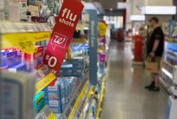インフルエンザはあまり米国内では騒ぎになっていない(ハリウッドのドラッグストア)(Bloomberg)