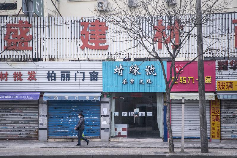 シャッターが降りたままの店舗。政府は景気下支え策を繰り出すが……(Bloomberg)
