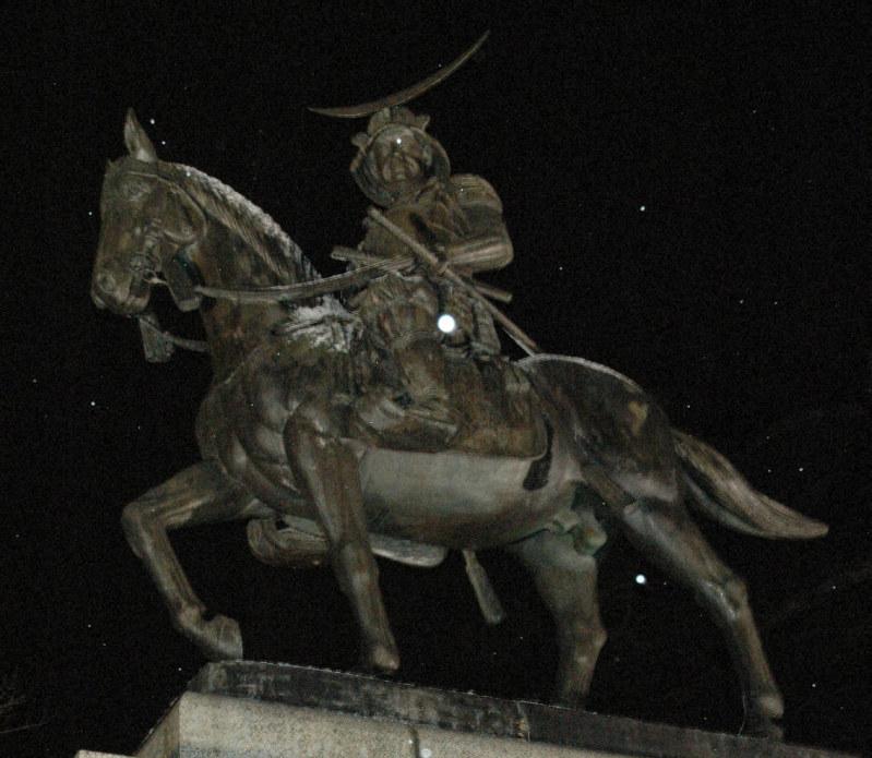 ライトアップされた伊達政宗公騎馬像=仙台市青葉区で2008年12月28日、鈴木一也撮影