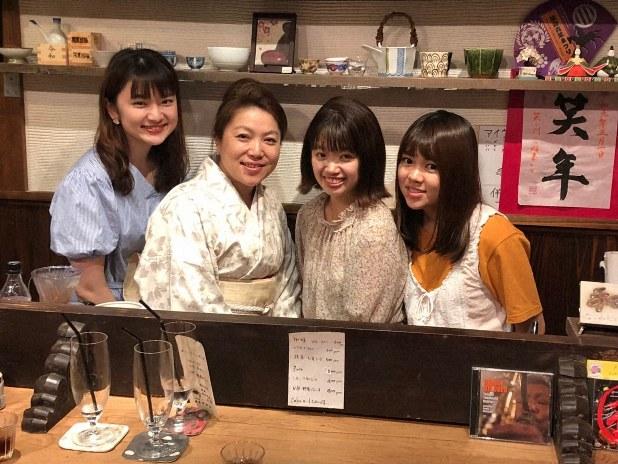 宮城で食器屋「クラフト木村」を営みながら、スナックを始めた神戸智恵子さんに取材。2019年7月19日撮影(筆者提供)