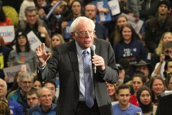 支持者を前に演説するバーニー・サンダース上院議員=米東部ニューハンプシャー州キーンで2020年2月9日、古本陽荘撮影