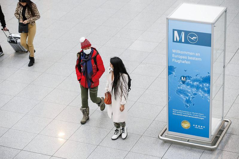 中国人との接触はなく、感染経路は不明(ミュンヘン空港でマスクをする旅行者) (Bloomberg)