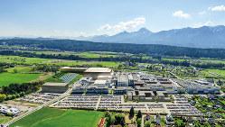 インフィニオンのフィラッハ工場。左奥が12㌅工場の完成イメージ(インフィニオンテクノロジーズ提供)