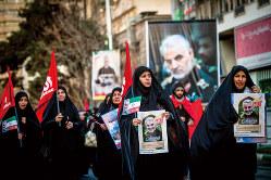 革命防衛軍のソレイマニ司令官の葬儀に参加する参列者(20年1月6日、首都テヘラン) (Bloomberg)