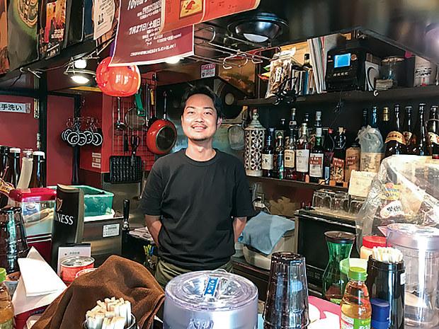 昼の時間帯に店舗を間借りし、担々麺n店を営業する店主の松久保篤さん(軒先提供)