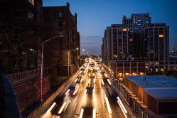 多くの車が走る高架高速道路BQE (Bloomberg)