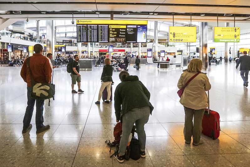 パスポートの色に一喜一憂する英市民たち (Bloomberg)
