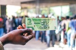 銀行では、復活したジンバブエ・ドル札を引き出す人々の行列ができていた (筆者撮影)