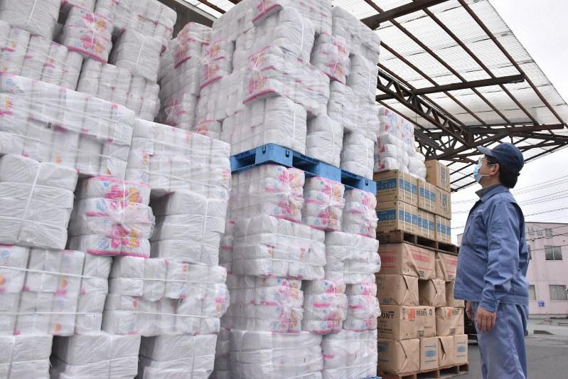 山積みになった出荷前のトイレットペーパー=岩手県一関市の上山製紙で2020年3月4日、山田豊撮影