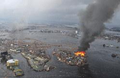 津波で流された家屋が炎上する名取市閖上地区=宮城県名取市で2011年3月11日、手塚耕一郎撮影