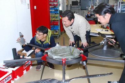ドローンの改良について議論するエアロジーラボの技術者たち。空飛ぶ車の開発にもつなげる考えだ=大阪府箕面市の同社で、宇都宮裕一撮影
