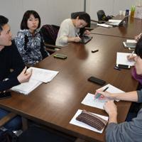 (左から)梶俊樹さん、飯嶋千遥さんと就活体験談を聞く在学生=毎日新聞中部本社で