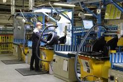 タイヤの品質を確認するブリヂストンの従業員=ロシア中部ウリヤノフスクで(ブリヂストン提供)