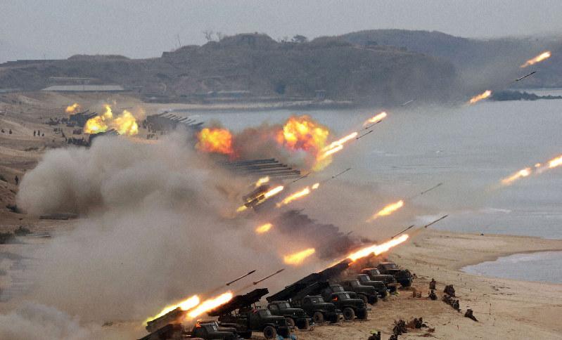 朝鮮人民軍部隊の合同打撃訓練。金正恩朝鮮労働党委員長が視察した=2020年2月28日、朝鮮中央通信・朝鮮通信