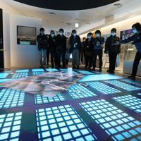 ホープツーリズムに参加し、東京電力廃炉資料館で担当者の説明を聞く教員ら=福島県富岡町で2020年2月22日、小川昌宏撮影