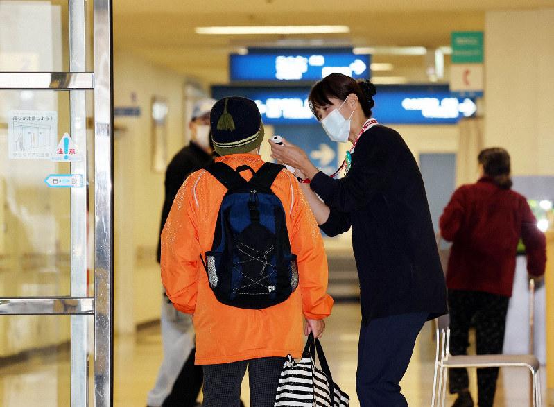 通常診療が再開された済生会有田病院で検温を受ける利用者(左)=和歌山県湯浅町で2020年3月4日午前8時53分、幾島健太郎撮影