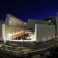 当時、東京都庁があった場所に建つ東京国際フォーラム。周辺の高層ビルと街の明かりに照らし出されていた=東京都千代田区で2020年3月5日、小川昌宏撮影(超広角レンズ使用)