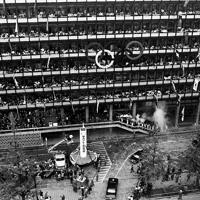 五輪マークと参加各国の旗が掲げられた東京都庁に到着した聖火=東京都千代田区で1964年10月7日