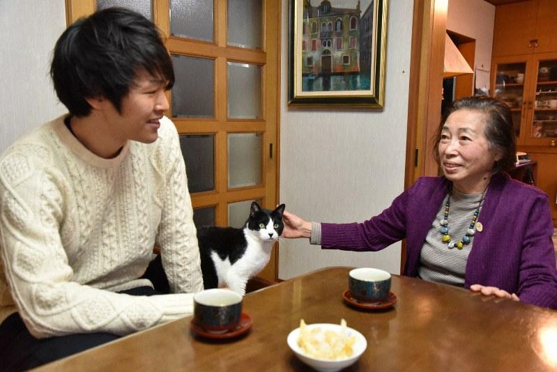 「ひとつ屋根の下」で暮らす小野寺加代子さん(右)と柳澤直孝さん=東京都文京区で、筆者撮影