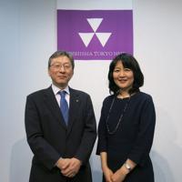 同志社大の次期学長に就任する植木朝子教授(右)と、松岡敬学長=東京都中央区の同大学東京オフィスで2020年3月5日、中根正義撮影