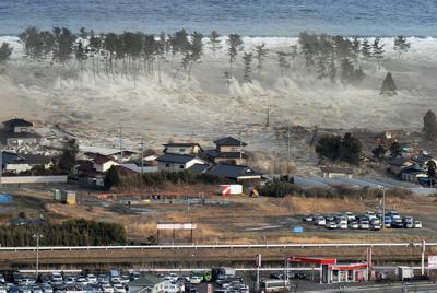 沿岸の防風林を越えて押し寄せ、住宅などを一気にのみ込む大津波=宮城県名取市で2011年3月11日午後3時55分、本社ヘリから手塚耕一郎撮影