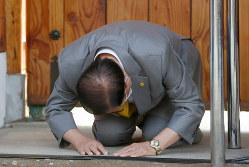 3月2日、ソウル郊外の韓国・京畿道にある教団施設前で記者会見する新天地イエス教会のイ・マンヒ教主=AP