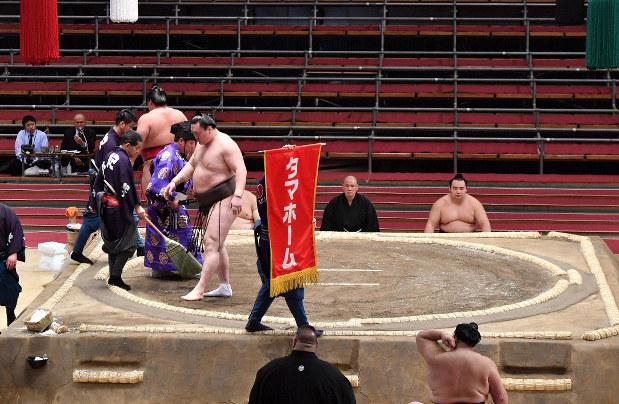 横綱・白鵬の取組で、1本しか掲げられなかった懸賞旗=エディオンアリーナ大阪で20年3月9日、猪飼健史撮影