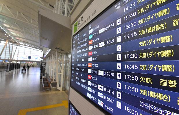 中国と韓国からの入国規制が始まり、人影もまばらな福岡空港国際線出発ロビー。出発便の案内にも「欠航」の表示が目立つ=福岡市博多区で20年3月9日、森園道子撮影