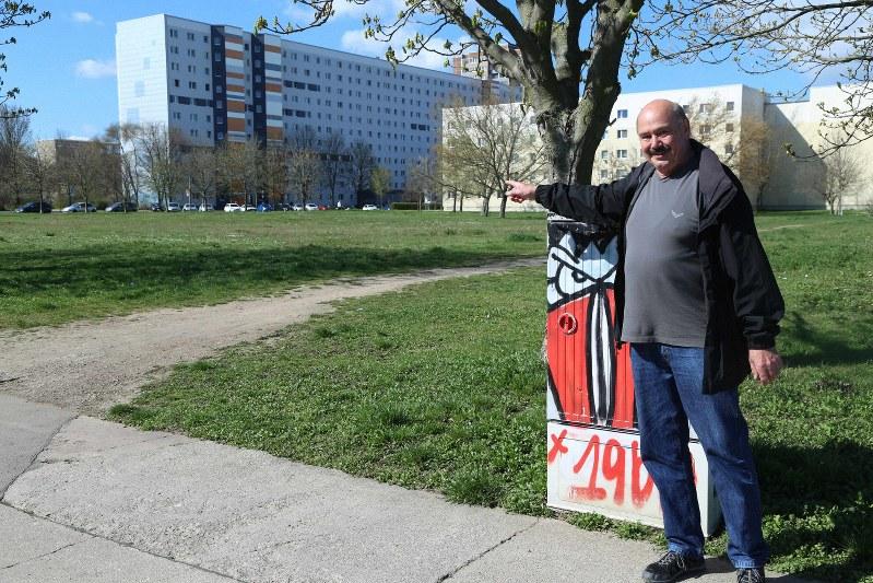 東独時代にマンションがあった場所を指さすエアフルト近郊アムローテンベルク地区長のロルフ・シャハトさん。ラメロウ州首相は就任後、東西ドイツ統一後の急激な人口減少がもたらした課題に取り組んできた=ドイツ東部テューリンゲン州で2016年4月8日、中西啓介撮影