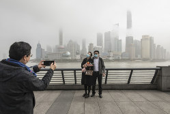経済成長の裏側で巨額の負債も積み上げてきた(中国・上海)=2月14日(Bloomberg)