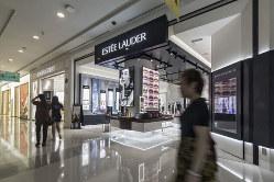 化粧品は店舗内装でブランドの世界観を表現する(Bloomberg)