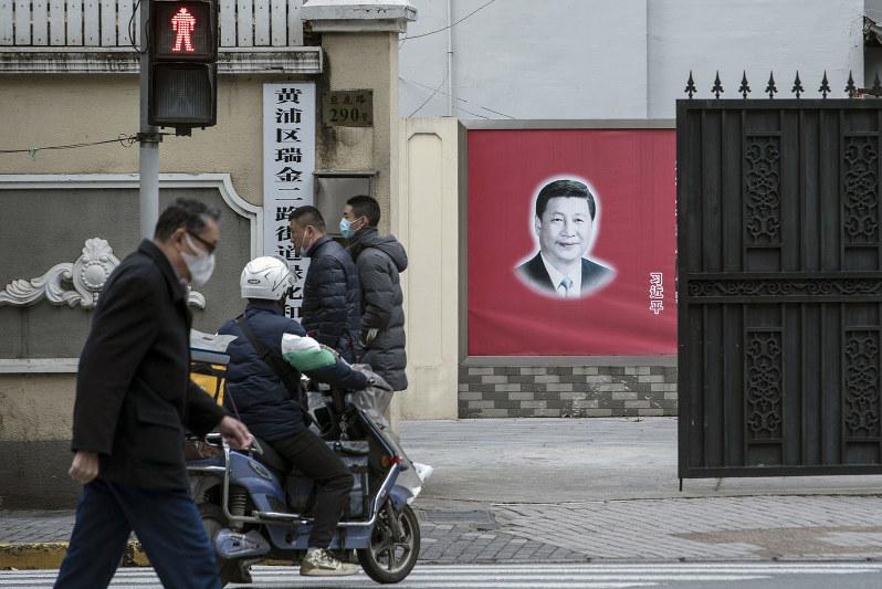 街を往来する人も少しずつ増え始めているが……(上海で3月2日)(Bloomberg)