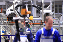 中国への依存が強いドイツ経済への影響はどこまで続くのか(ドイツの自動車工場)(Bloomberg)