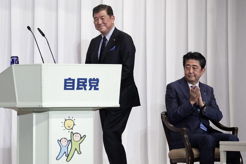 石破茂氏(左)がポスト安倍候補として急浮上している(自民党総裁選の所信表明演説会)=2018年9月