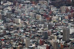 老朽化したマンションは建て替えの選択を迫られる(Bloomberg)