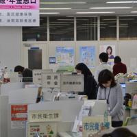 黙とうする来庁者や職員=丹波篠山市役所で、丸井康充撮影