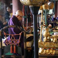 慰霊法要で読経する僧侶たち=奈良市の東大寺で、姜弘修撮影