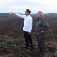 首都移転先を視察するジョコ大統領(左)=インドネシア東カリマンタン州で2019年12月17日、アンタラ通信・ロイター