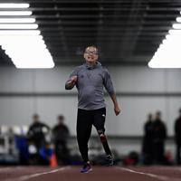 スポーツ用の義足を使って100㍍走のタイムを計る陸上教室の参加者=新潟市北区で2020年1月31日、藤井達也撮影