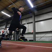 陸上教室でスポーツ義足をつけてリレーに臨む参加者=新潟市北区で2020年1月31日午後8時49分、藤井達也撮影
