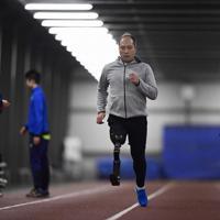 陸上教室でスポーツ用の義足をつけて走るトレーニングに臨む参加者=新潟市北区で2020年1月31日午後8時39分、藤井達也撮影