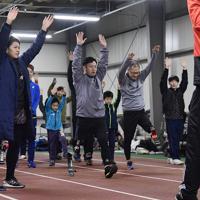 陸上教室でスポーツ用の義足をつけて走るトレーニングに臨む参加者たち(前列)=新潟市北区で2020年1月31日午後7時55分、藤井達也撮影