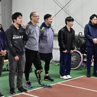 陸上教室に臨む参加者たち=新潟市北区で2020年1月31日午後7時35分、藤井達也撮影