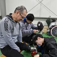 陸上教室に向けてスポーツ義足の調整を受ける小林和夫さん(左)=新潟市北区で2020年1月31日午後7時29分、藤井達也撮影