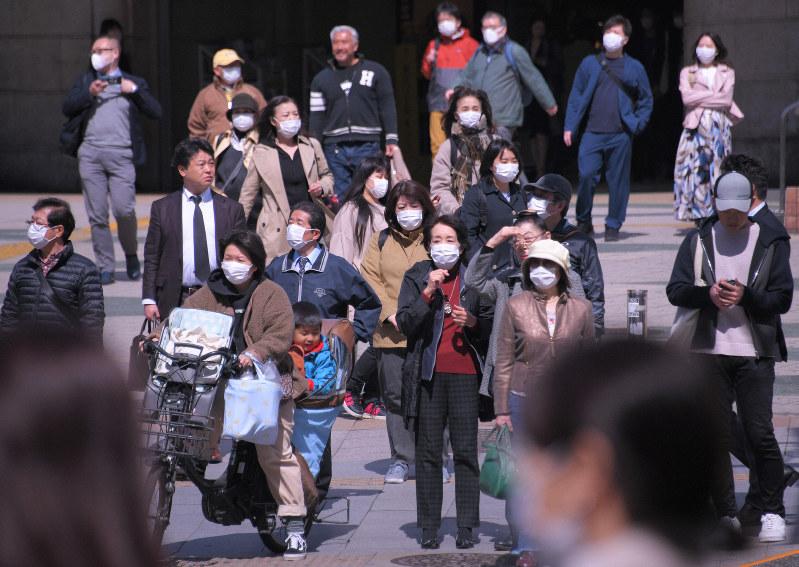 新型コロナウイルスの感染が拡大する中、マスク姿で街を歩く人たち=東京都台東区のJR上野駅前で2020年3月12日午後0時3分、手塚耕一郎撮影